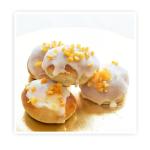 Drożdżóweczki z ciasta drożdżowego z śliwkami wykończone pomadą i skórką pomarańczową.