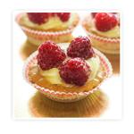 Korpus z ciasta kruchego wypełniony kremem budyniowym i dodatkiem świeżych (malin)