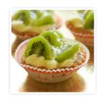 Korpus z ciasta kruchego wypełniony kremem budyniowym i dodatkiem świeżych (owoców kiwi)