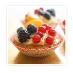 Korpus z ciasta kruchego wypełniony kremem budyniowym i dodatkiem świeżych (pożeczek, jeżyn, mandarynek)