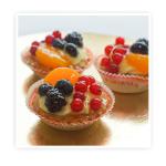 Korpus z ciasta kruchego wypełniony kremem budyniowym i dodatkiem świeżych (owoców)