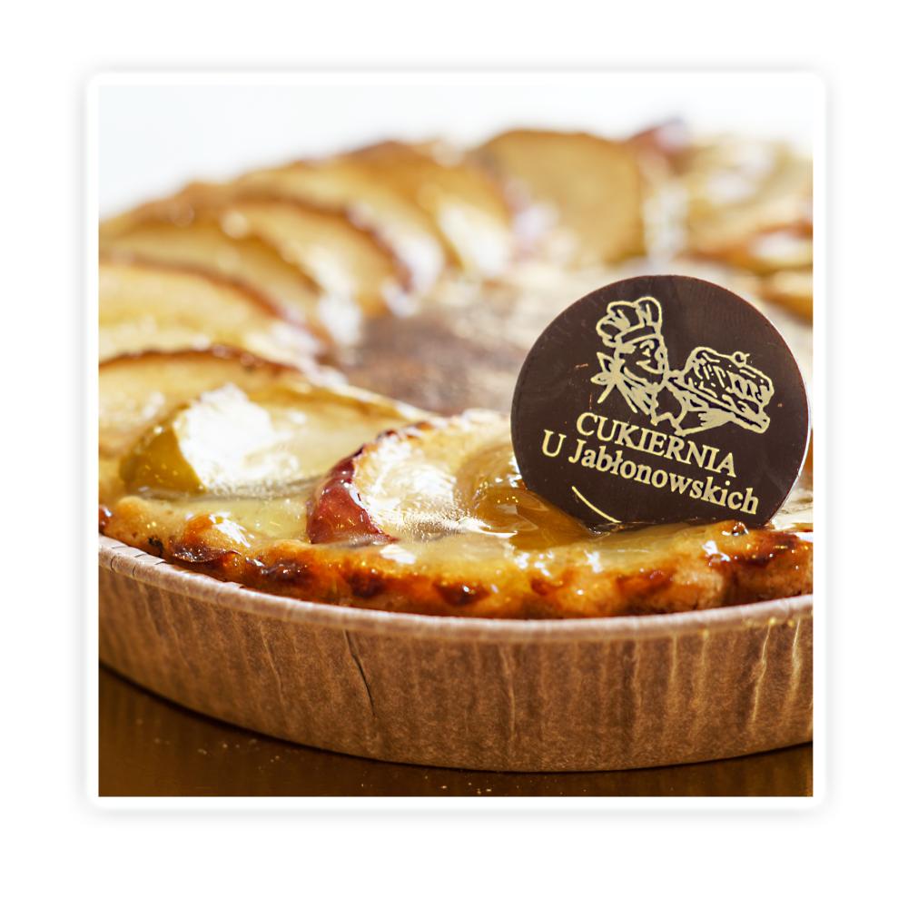 Tarta jabłkowa - Delikatne kruche ciasto wypełnione masą jabłkową, wykończone jabłkami.